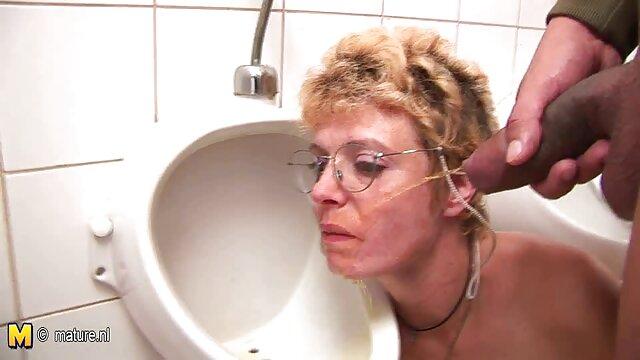 Er reife frauen nackt in der sauna hat eine cremige überraschung
