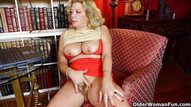 Hübsche Mama schluckt zwei geile Schwänze nackte reife mösen auf einmal